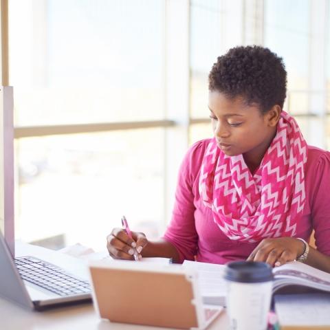 Étudiante suivant un cours en ligne